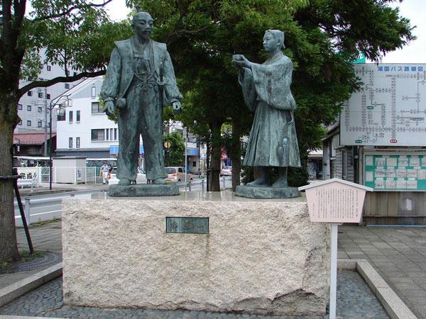 長浜駅前にある豊臣秀吉と石田三成の出会いの像之圖 能書きによると此処長浜で二人は初めて会ったらしい